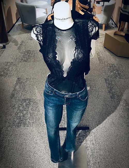 lingerie-femina-etalage-novemberr-fashion-lingerie-en-jeansbroek